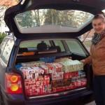 Ein Kofferraum voller Weihnachtspakete